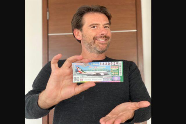 Eduardo Videgaray presume la compra de su cachito para la rifa del avión de AMLO