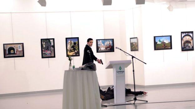 El fotógrafo que retrató la muerte del embajador de Rusia recibe premio