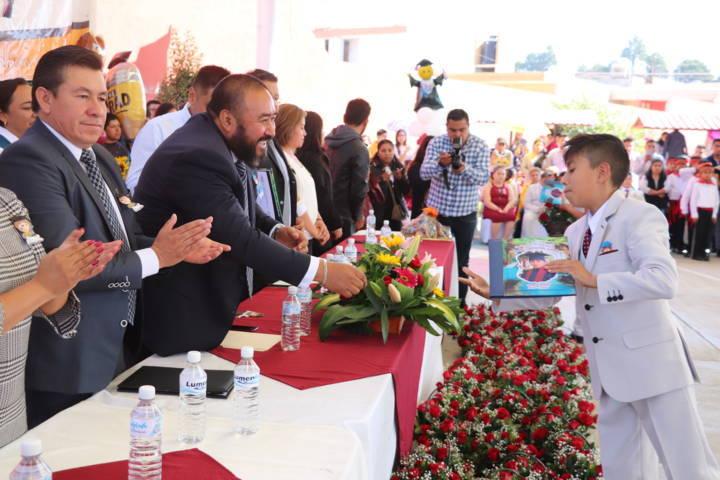 Felicita Badillo Jaramillo a estudiantes de Xicohtzinco que culminan sus estudios