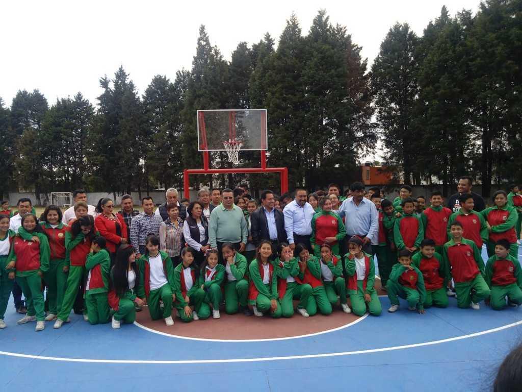 Badillo Jaramillo entrega cancha de usos múltiples en secundaria Burgos