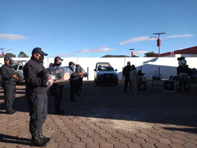 Entregan uniformes y armamento a policías de Tetla