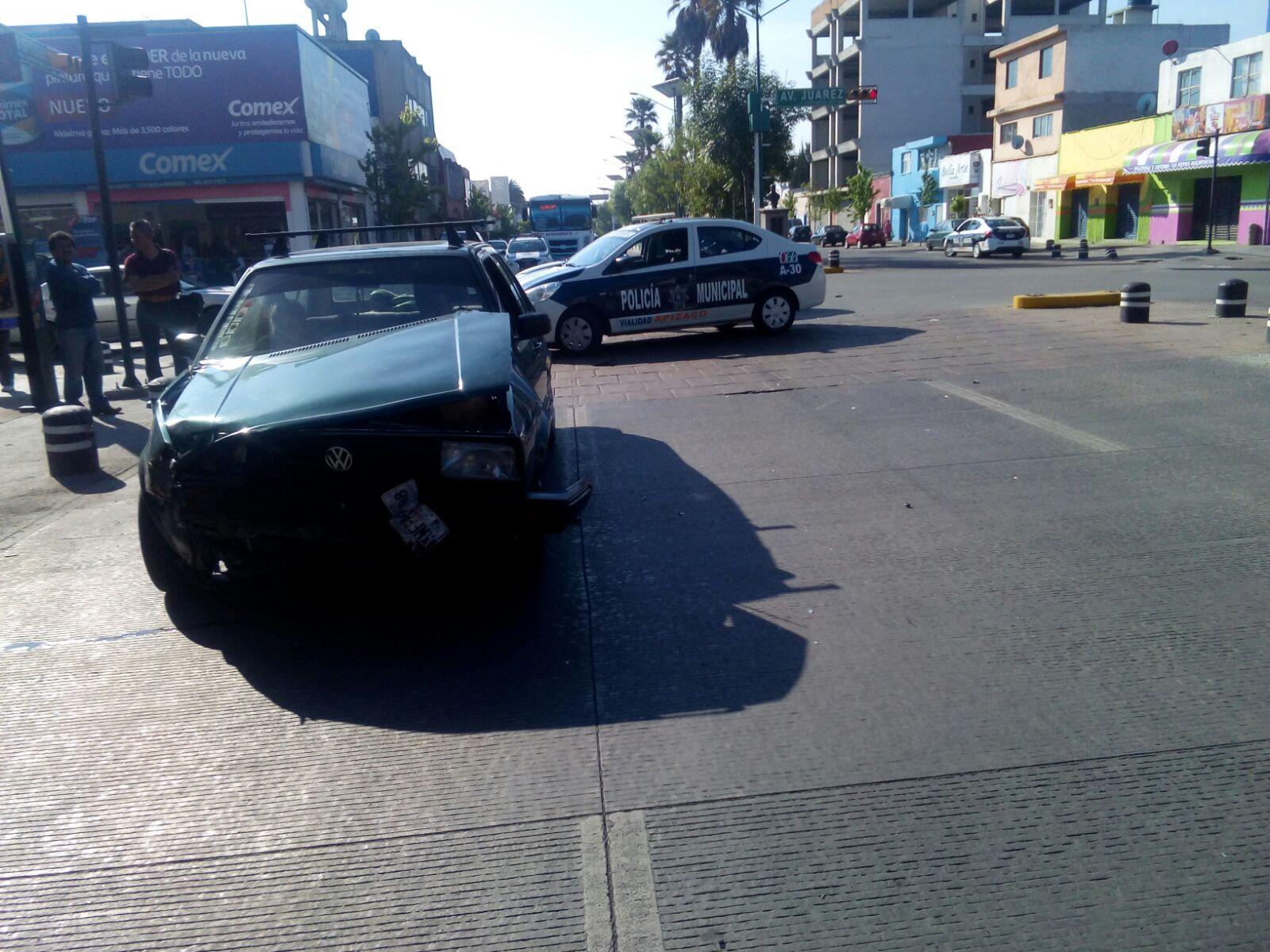 Vehículo impacta a una ambulancia con persona de la tercera edad a bordo