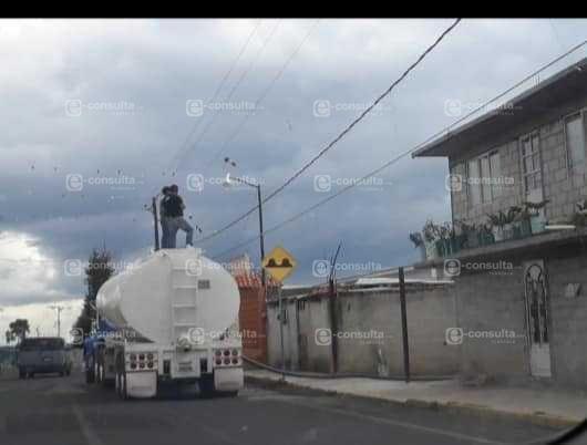 Alcalde de Españita deja sin agua a la población y compra pipas para su familia