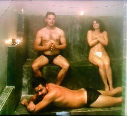 Critican a Aislinn Derbez por bañarse desnuda con sus hermanos en reality