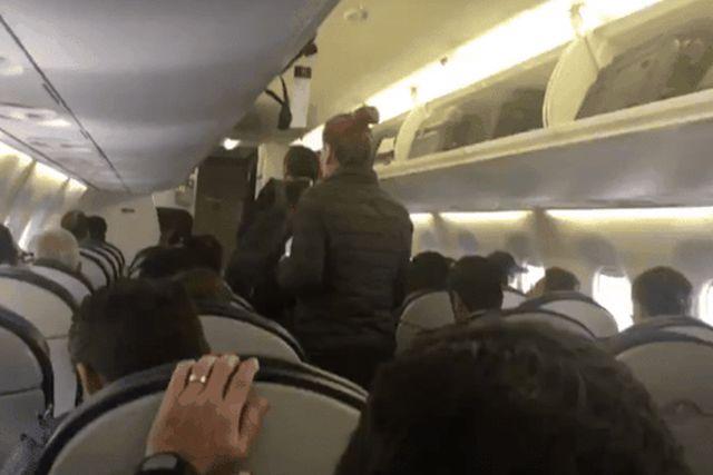 Padre de familia abandona vuelo mismo en el que viajaba AMLO y responde a críticas