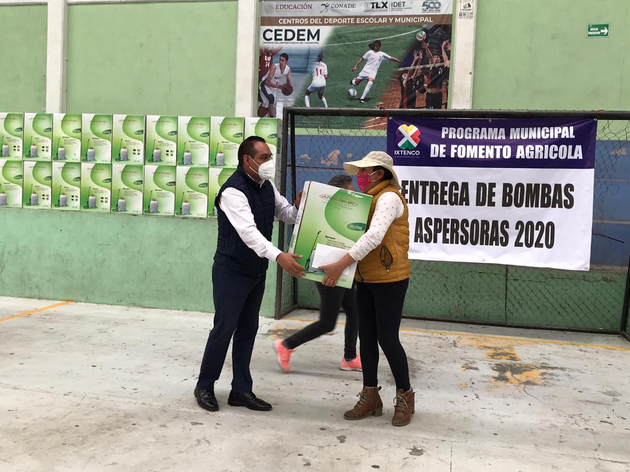 Ayuntamiento de Ixtenco entrega 100 bombas aspersoras