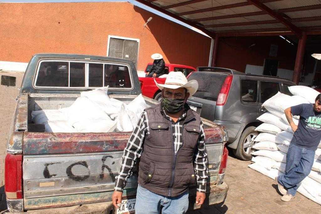 Campesinos de Tlaxco, reciben fertlizante etiquetado por Michaelle Brito