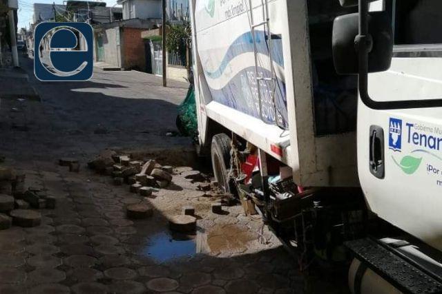 Pésimas obras públicas en Tenancingo; se hunde camión de basura
