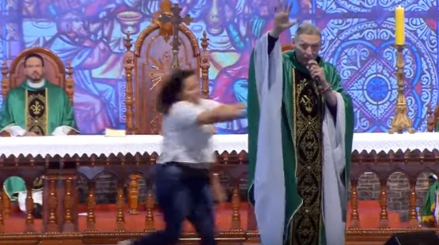 Una mujer avienta brutalmente a un sacerdote en Brasil