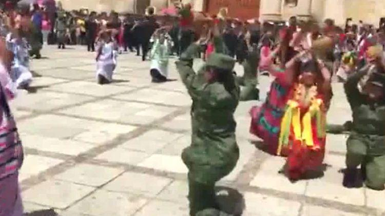 Militares dejan sus armas para bailar en la Guelaguetza
