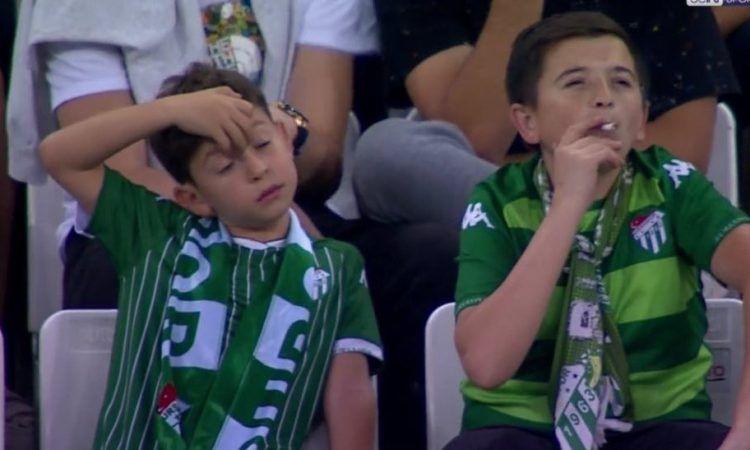 Captan a niño fumando durante un partido de fútbol en Turquía