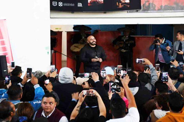Usuarios del Metro de la CDMX quedan fascinados por aparición de Lupillo cantando