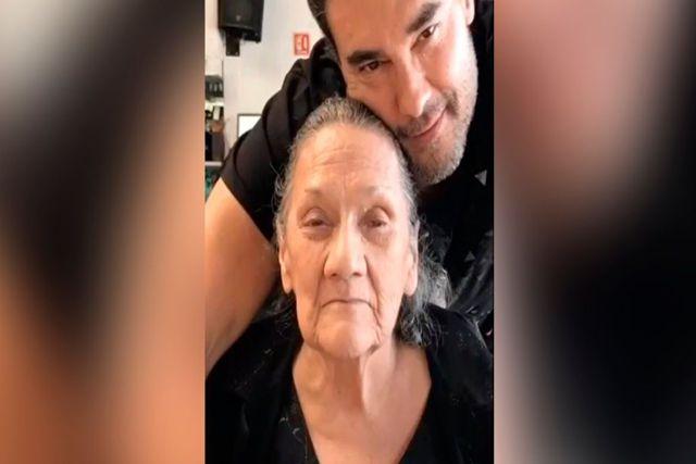 Seguidores de Eduardo Yáñez lloran tras la muerte de su madre
