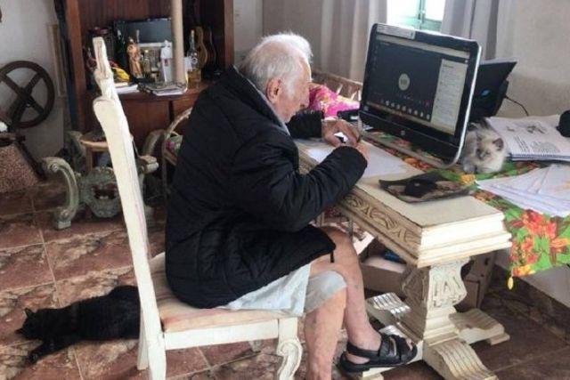 Brasileño de 92 años estudia en línea para lograr su título de arquitectura