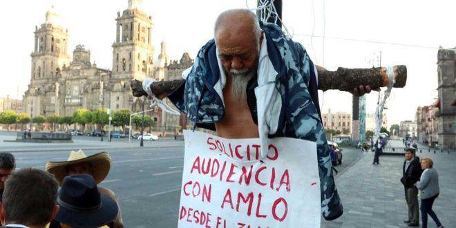 Hombre asegura que perdió todo por apoyar a AMLO; se crucifica afuera de Palacio Nacional