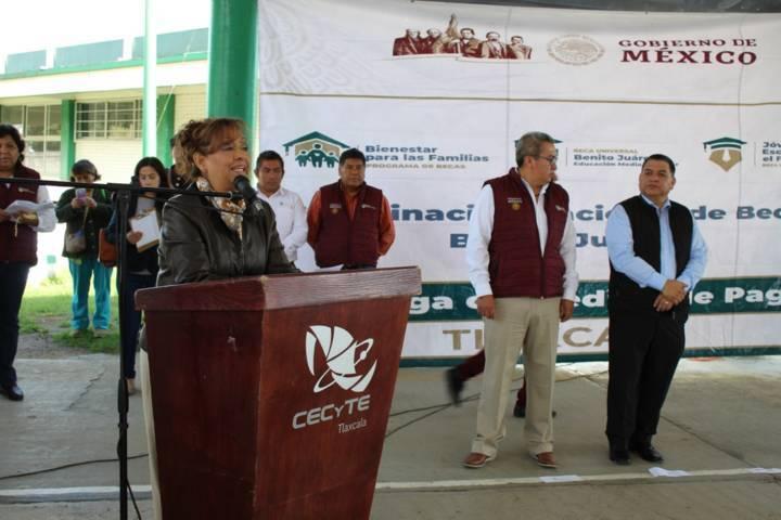 Alcalde y delegada federal entregan becas a alumnos del CECyTE 08