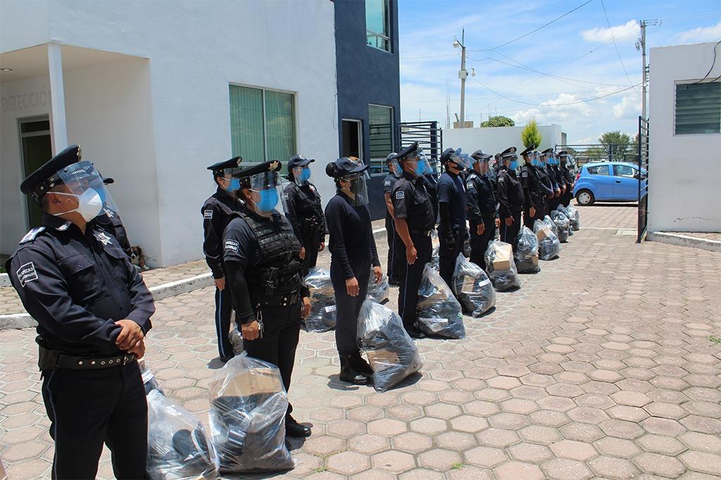 Cano Coyotl entrega uniformes a policías municipales de San Pablo Del Monte