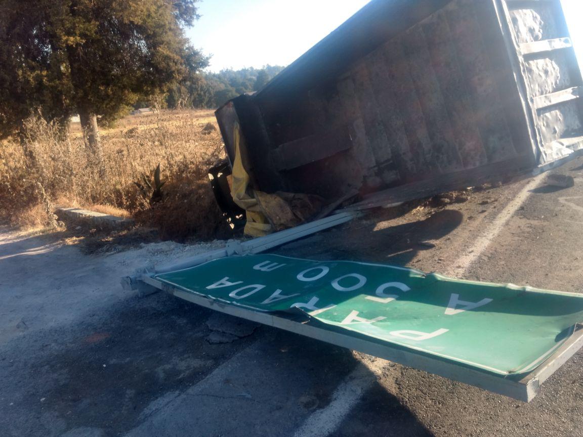 Volcadura en la autopista Tlaxcala-San Martin deja solo daños materiales