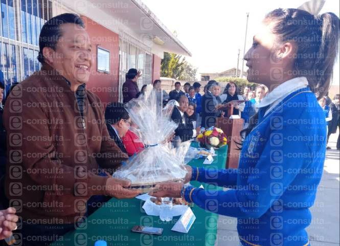 Alcalde impulsa la educación con una techumbre en la telesecundaria de Texmolac