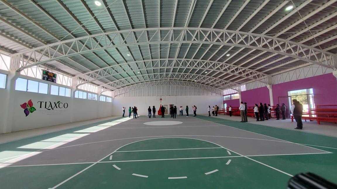 Realiza Michaelle Brito inauguración de la rehabilitación del complejo deportivo, en Tlaxco