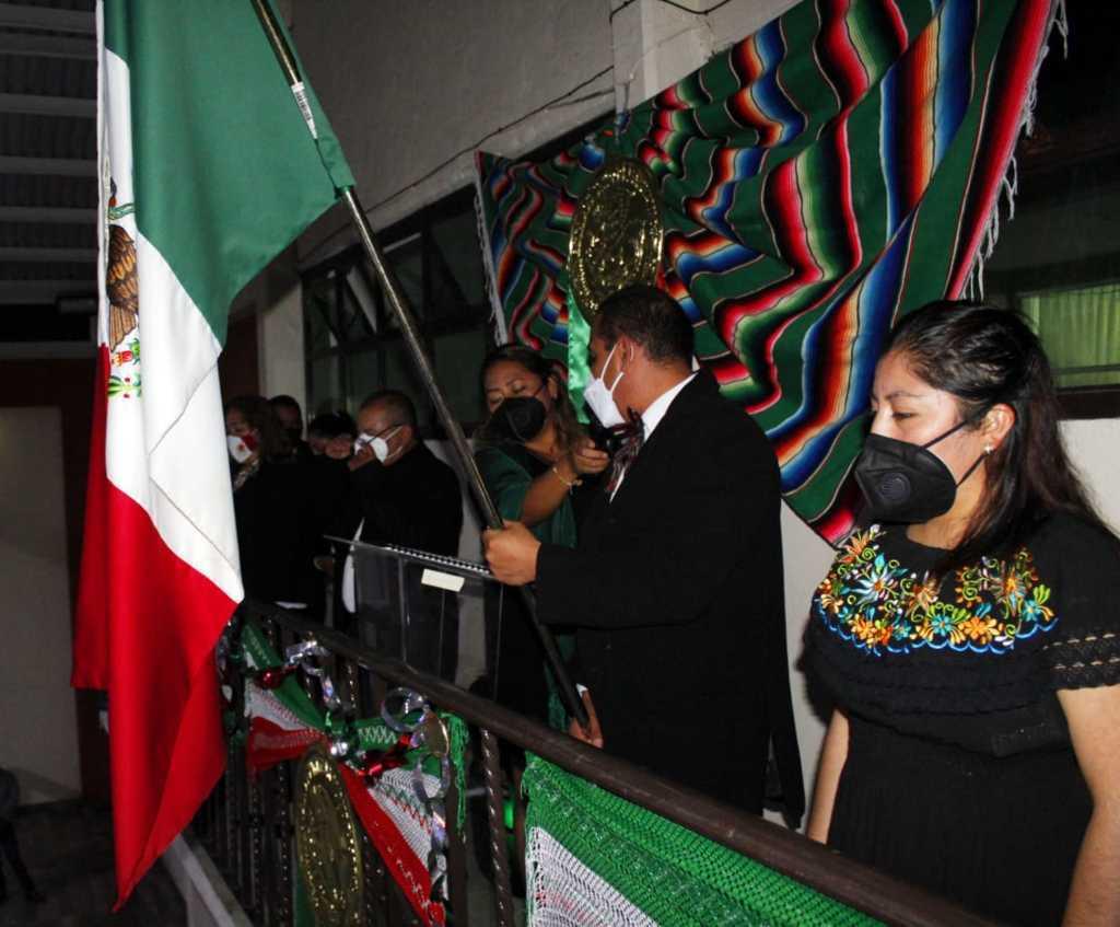 Con gran fervor el Presidente de Xiloxoxtla Jaime Pérez Juárez da el grito de independencia