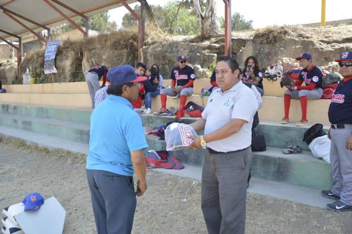 Ayuntamiento fomenta el deporte entregando uniformes al Deportivo Amaxac
