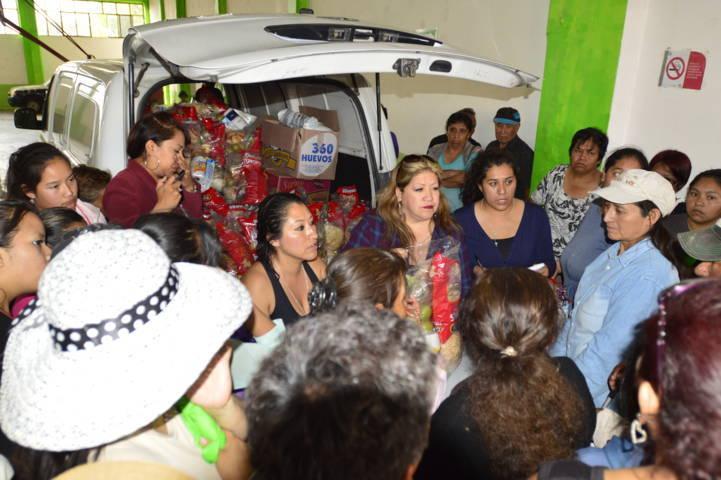 Entrega DIF Municipal despensas en apoyo a personas de jefas de familia