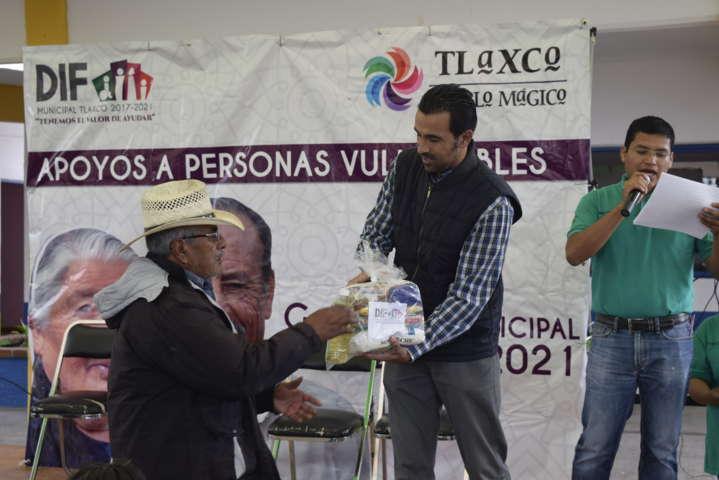 Donativos del DIF Tlaxco benefician a 62 familias vulnerables y a 81 personas con zapatos