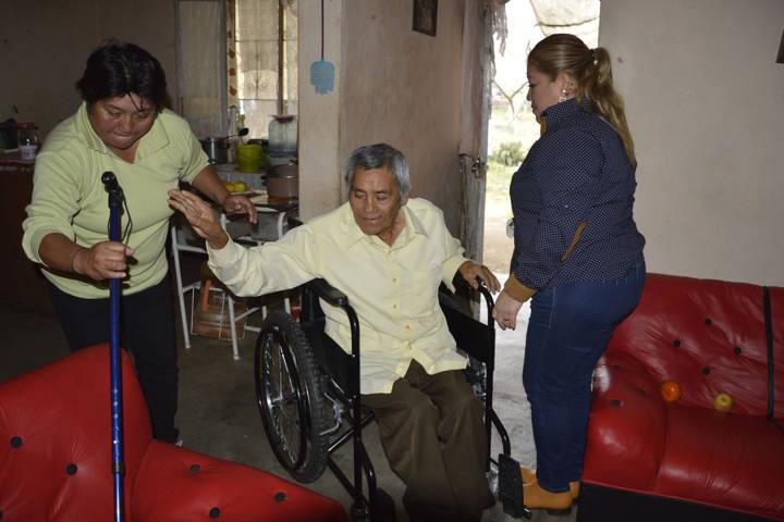 Entrega SMDIF sillas de ruedas a personas de escasos recursos