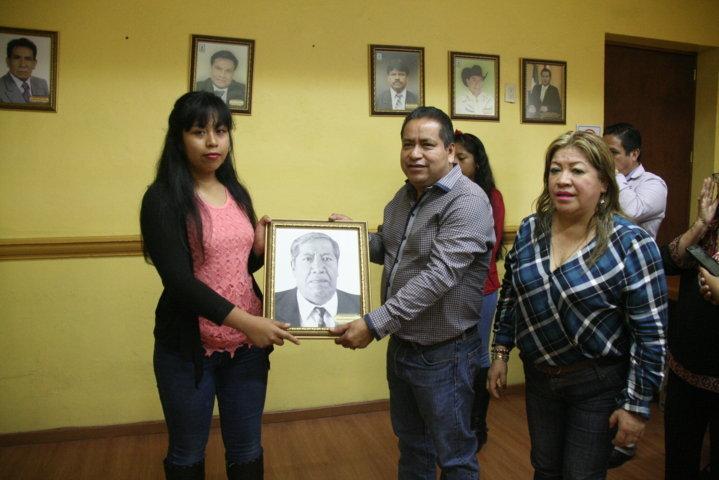 Carin Molina continua con la tradición de colocar fotografías de ex alcaldes