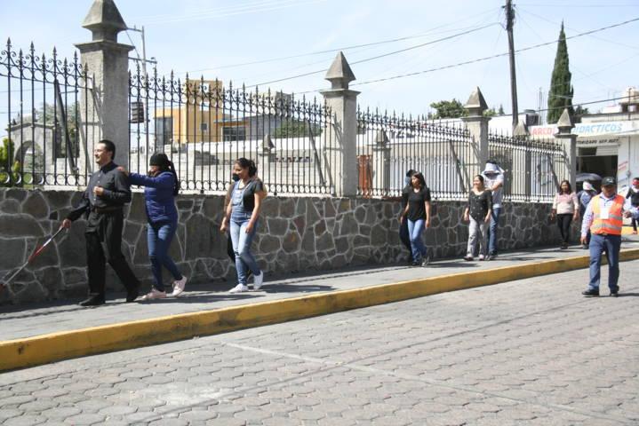 PC municipal capacita a becarios para apoyar a los abuelitos a cruzar calles