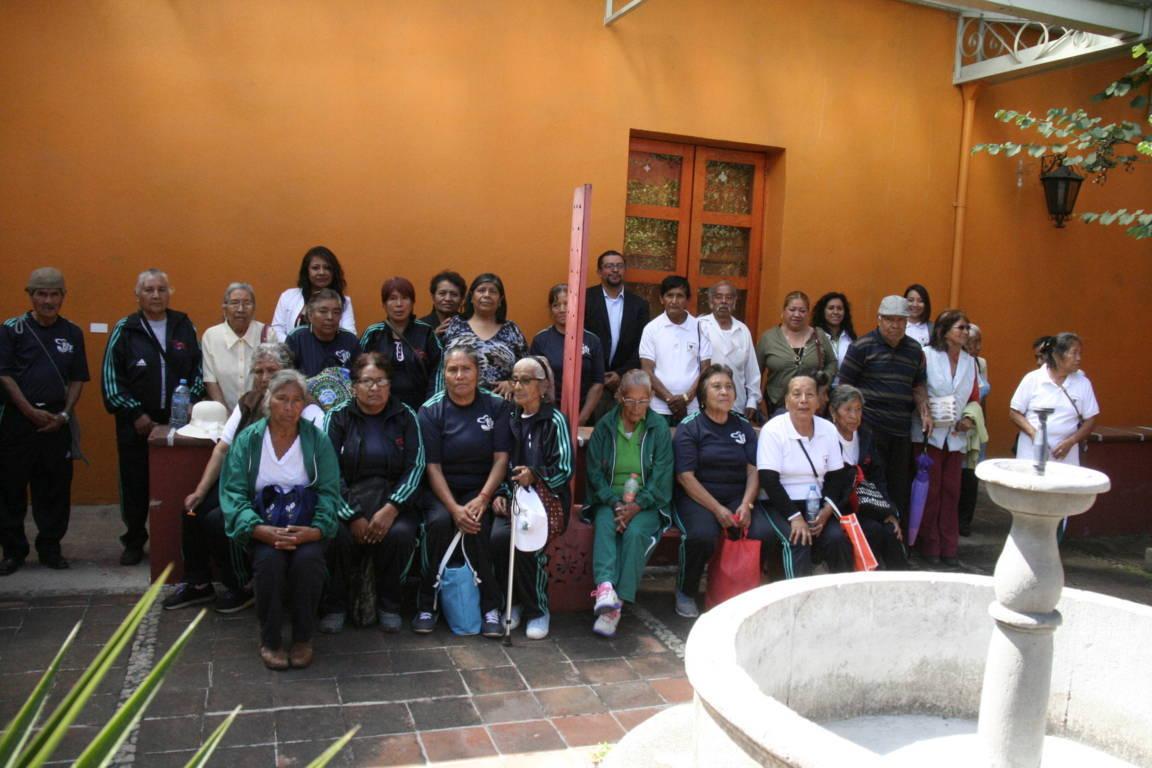 Abuelitos de Amaxac conocen la Pinacoteca del Estado