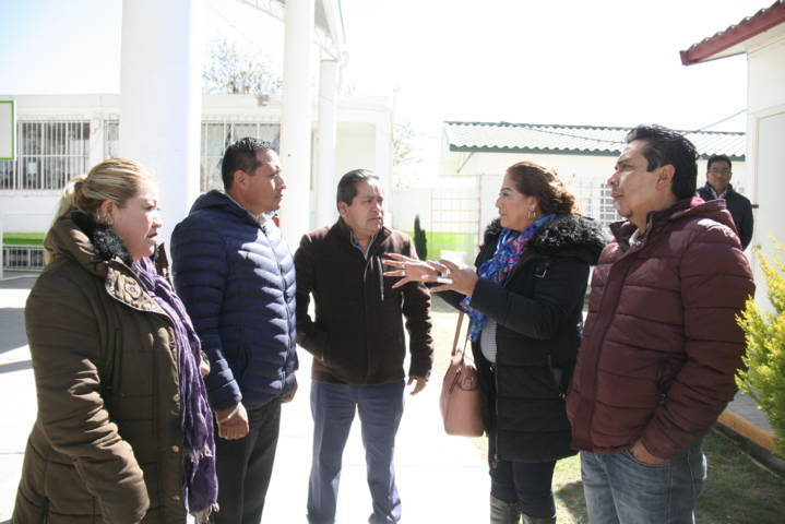 Carin Molina continúa entregando libros a la población estudiantil