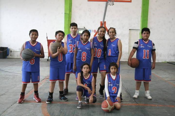 """Carin Molina uniforma al equipo infantil """"Quetzales"""" de béisbol"""