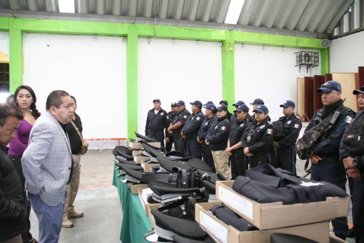 Alcalde mejora la imagen del Policía con la entrega uniformes