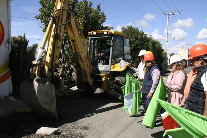 Alcalde enfrenta el rezago social realizando obras de servicios básico