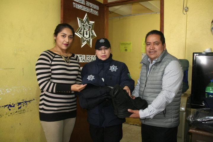 Alcalde y regidora de seguridad dotan de uniformes a 30 policías municipales