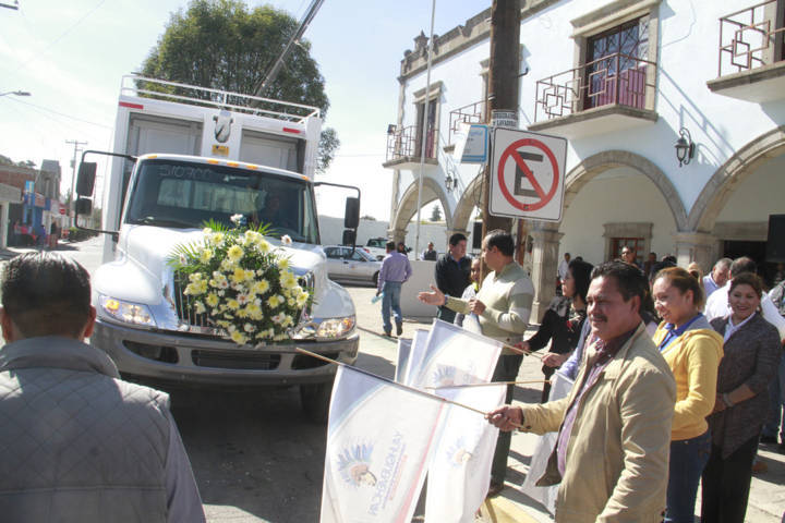 Con este camión recolector de basura mejoramos los servicios básicos: alcalde
