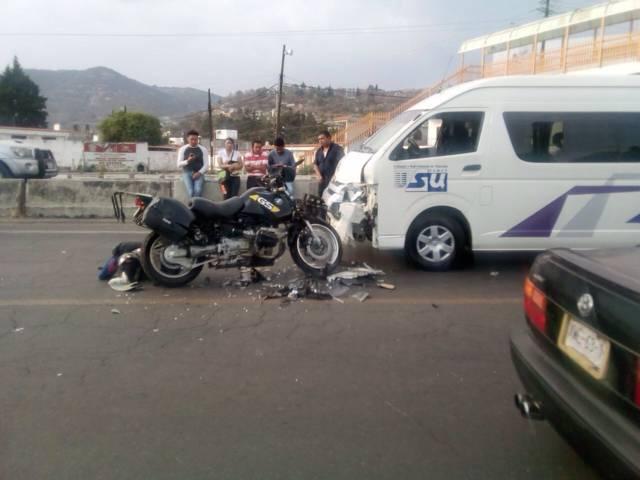 Choca BMW con colectiva; resultan dos lesionados