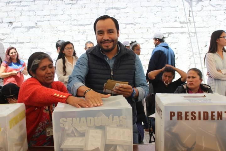 Pablo Badillo Sánchez emite su voto en la Colonia Del Carmen