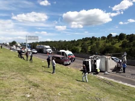 Volcadura deja lesionados en carretera a la altura de Españita