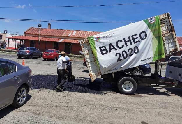 Con recursos propios continúa bacheo en Chiautempan
