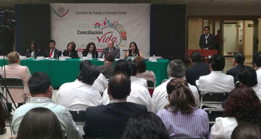 Modera JCM panel de foro sobre conciliación familiar