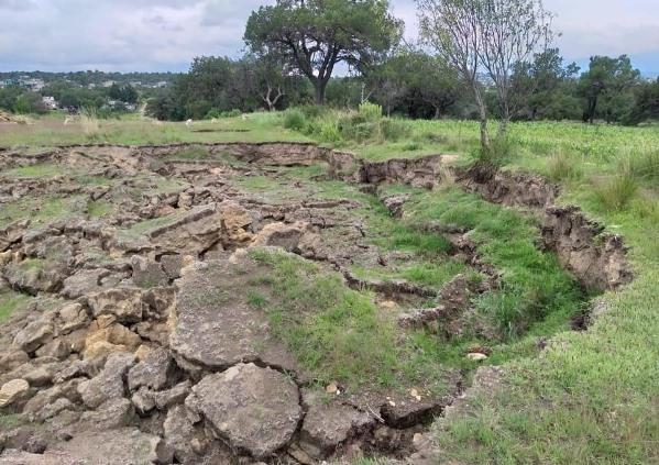 Aparecen grietas en Xaloztoc; ciudadanos temen un posible socavón