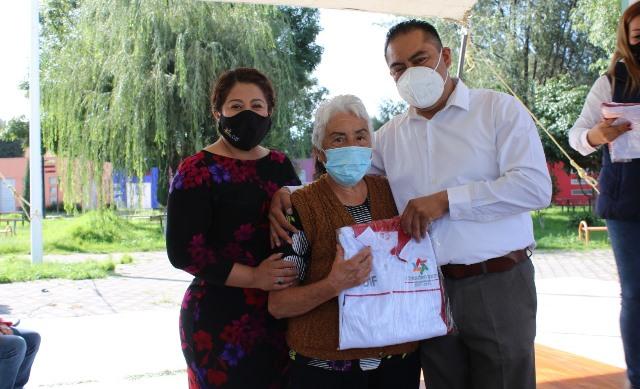 Entrega Héctor Domínguez pans a 300 personas de la tercera edad