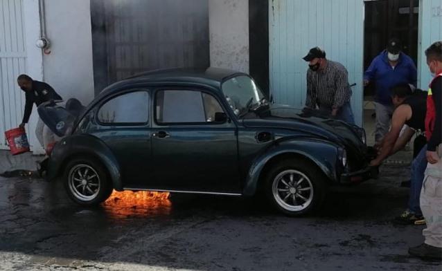 Se incendia vehículo particular en las calles de Huamantla