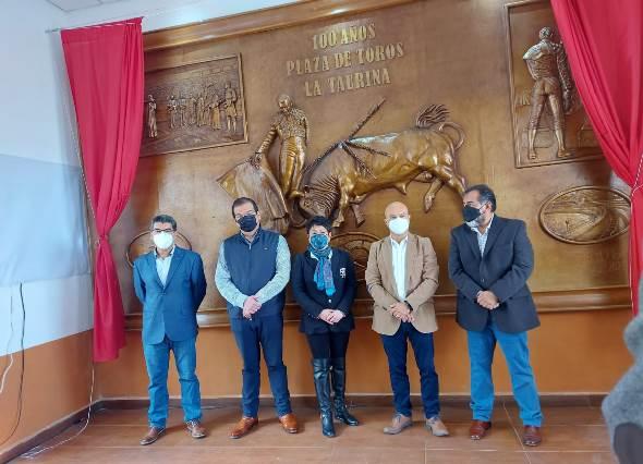 Sánchez Jasso devela mural por 100 años de la plaza de toros de Huamantla