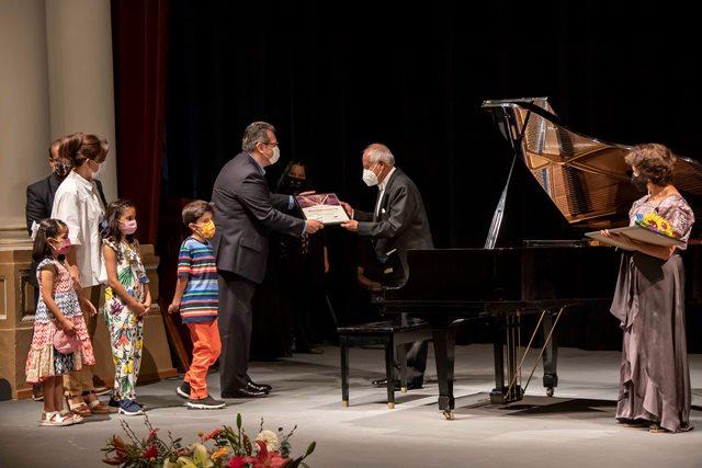 Asiste Marco Mena y Sandra Chávez a reapertura del Teatro Xicohténcatl