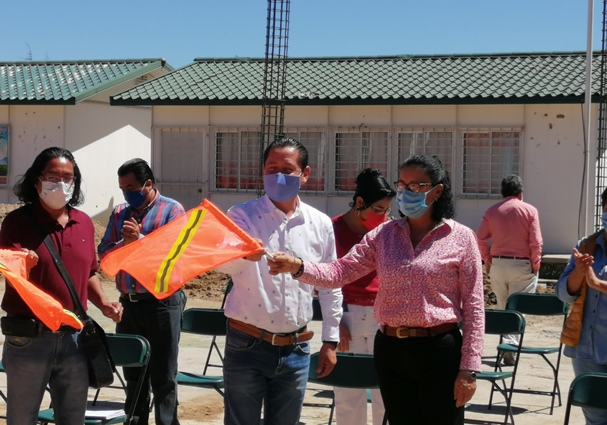 Edil de Nanacamilpa inicia construcción de techumbre en una primaria
