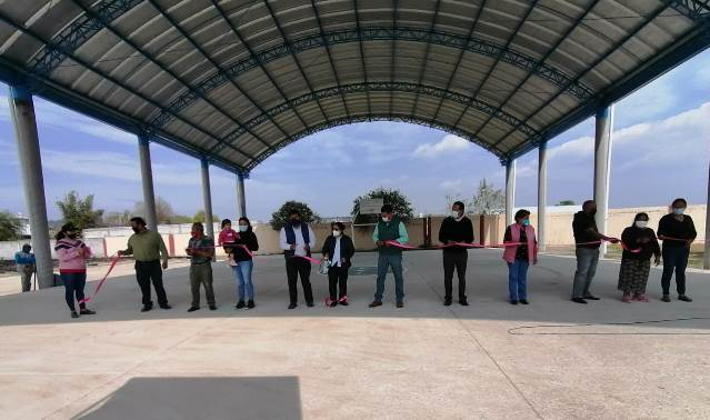 Edil de Nativitas Oscar Murias entrega techumbre en Santiago Michac